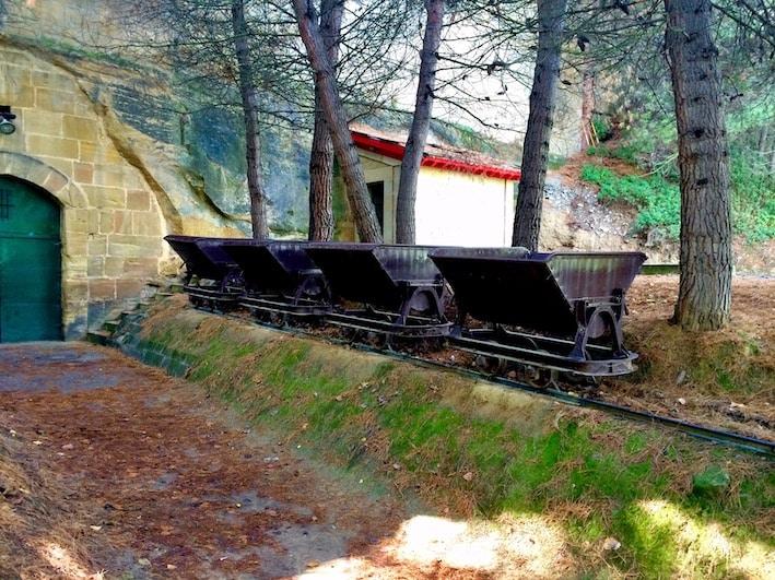 Vogner som ble brugt til å grave ut gangene hvor vinen lagres.