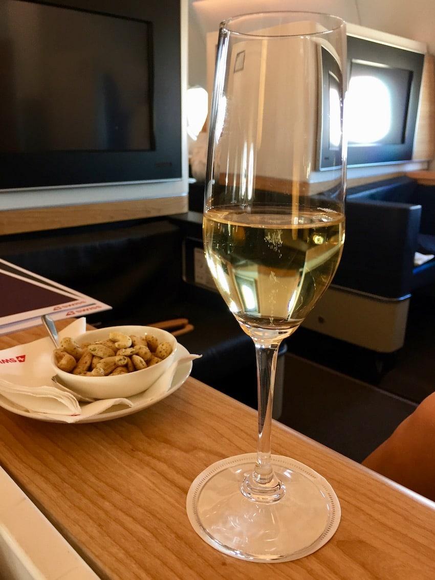 Champagne og nøtter før puch back, Anmeldelse: Swiss First Class fra Zurich til Dubai