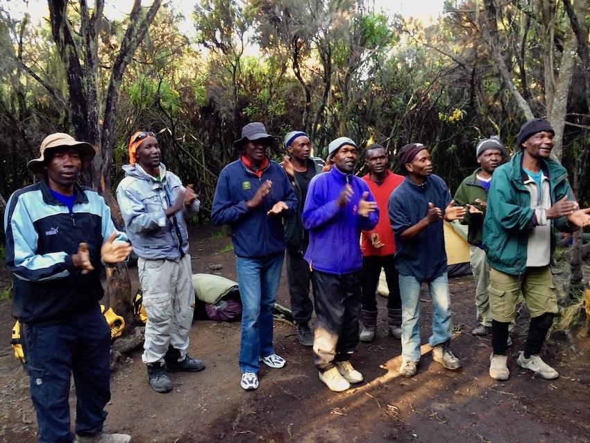 Crewet synger Kilimanjaro-sangen for oss