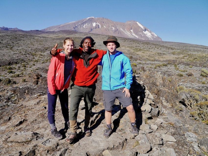 Med guiden og Kilimanjaro i bakgrunnen
